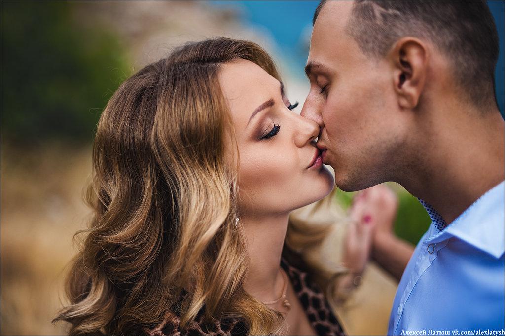 В поцелуе закрывают глаза лишь те, для кого этот поцелуй – полёт сквозь вселенную :) - Алексей Латыш