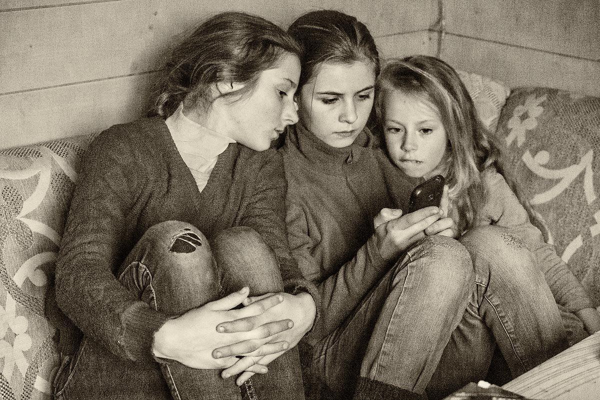 И привлекают не дела, а просто игры в телефоне... - Ирина Данилова