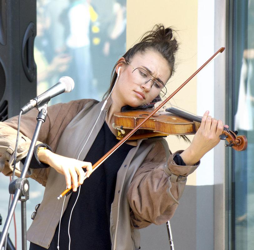 скрипачка на улице - Александр Шурпаков