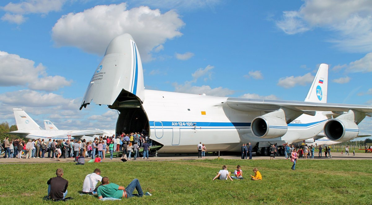Самолет Ан-124-100 «Руслан». Очередь на экскурсию в кабину экипажа. - Анастасия Яковлева