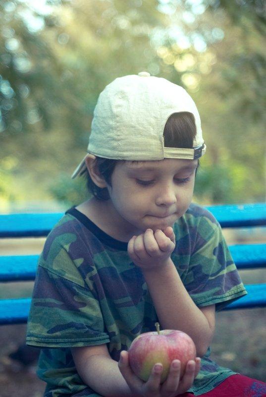 мальчик с яблоком - Дмитрий Барабанщиков