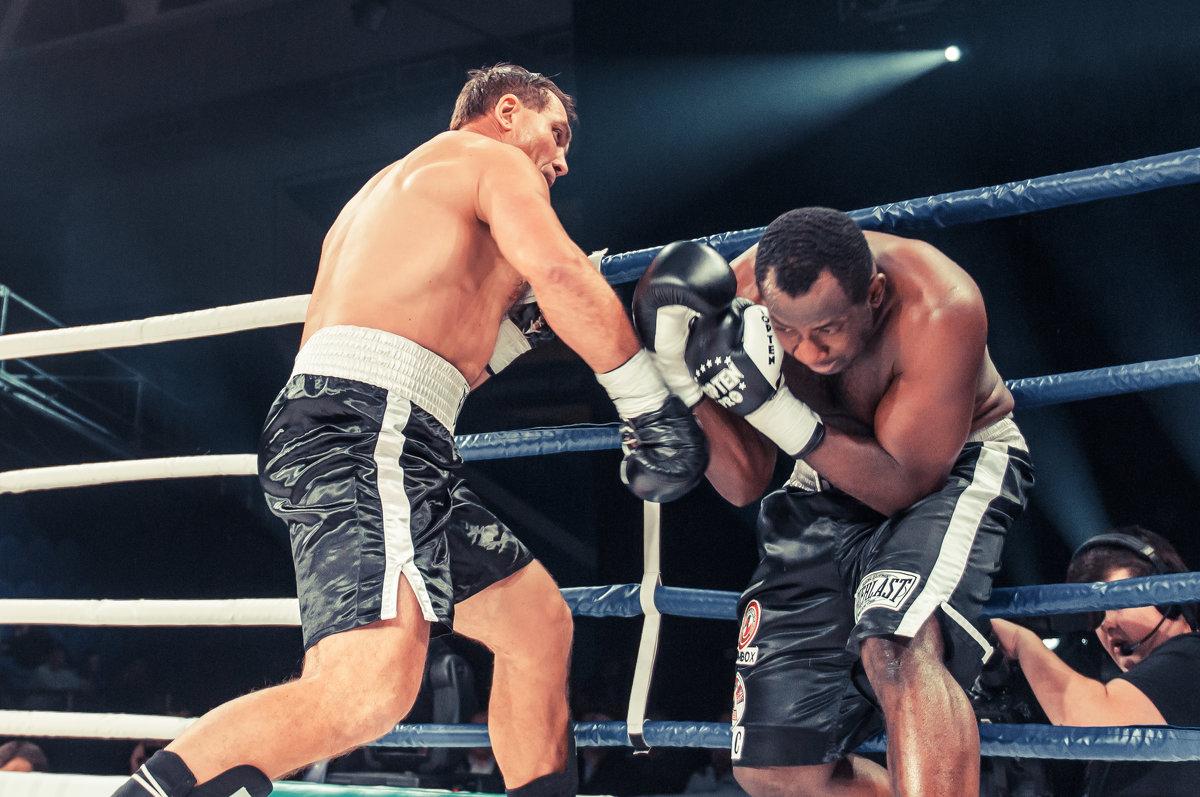 У канатов боксерского ринга - Александр Колесников