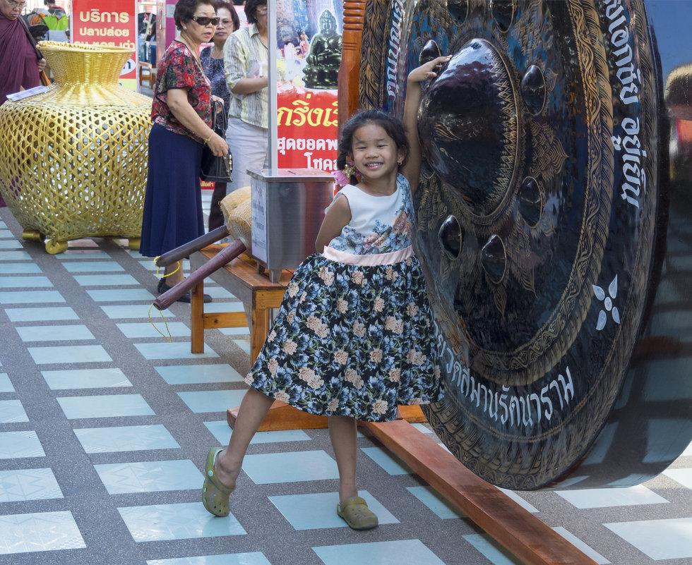 Таиланд. Чаченгсау. Маленькая девочка у большого гонга - Владимир Шибинский
