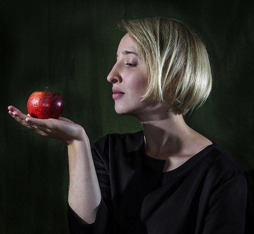 """Красное яблоко"" - Давид Манакьян"