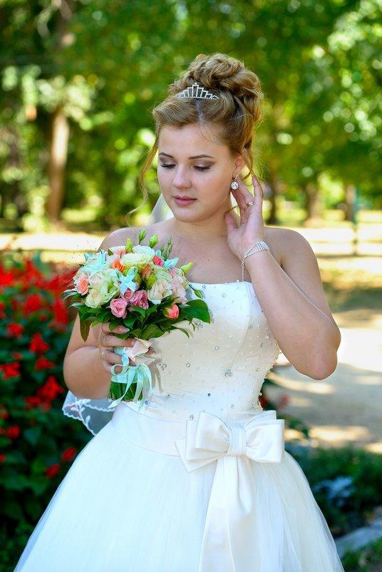 Александра. Невеста смотрит на букет.. - Раскосов Николай