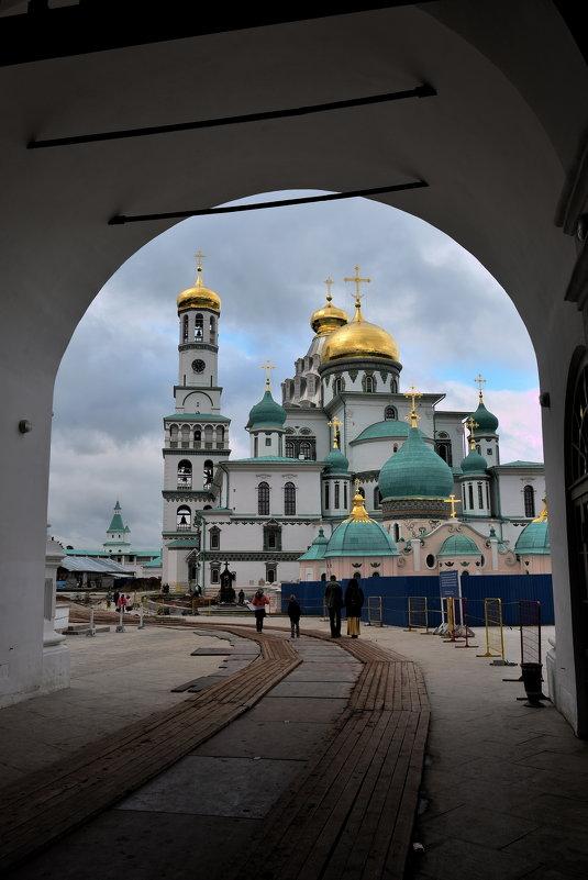 Вид на Воскресенский собор через арку Надвратной церкви Входа Господня - АЛЕКСАНДР СУВОРОВ