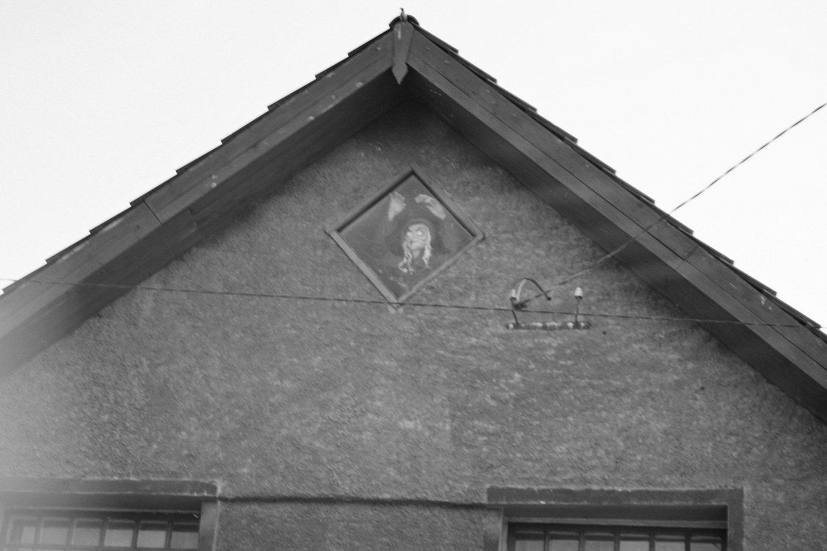 Ведьма наблюдает за прохожими - Света Кондрашова