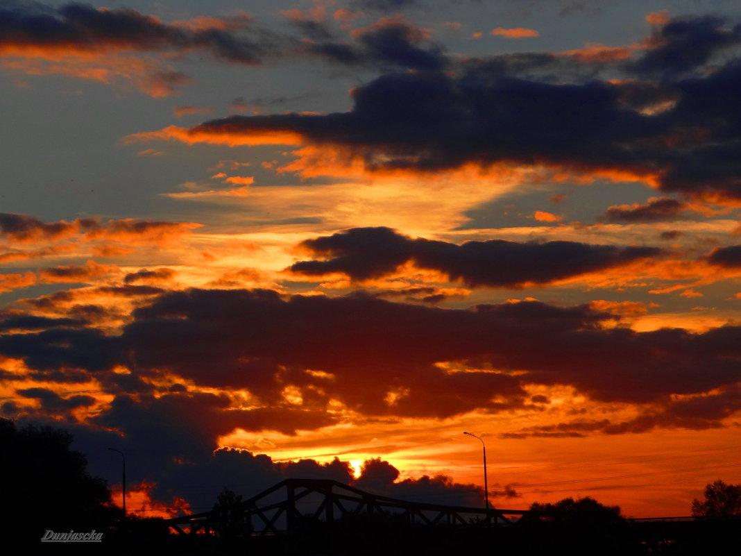 Садится солнце за мостом - Антонина Гугаева