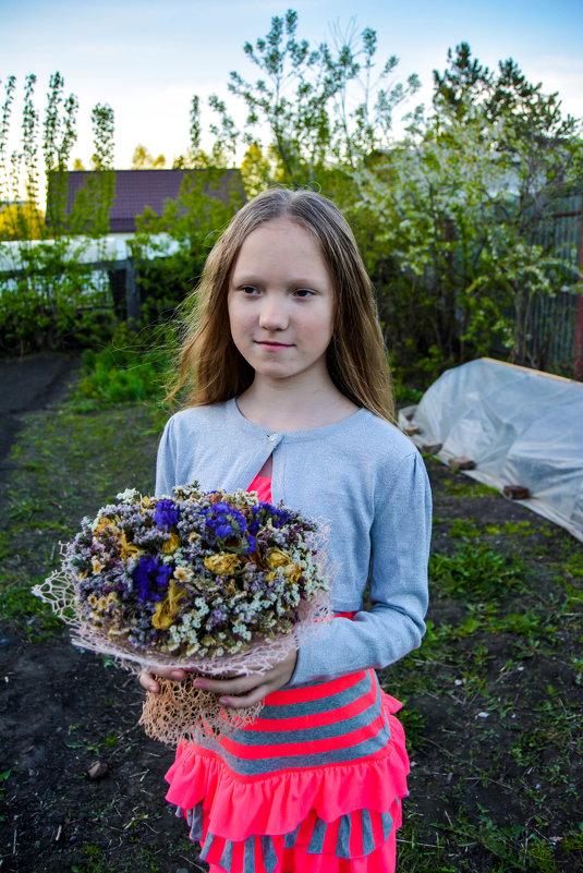 С букетом цветов - Света Кондрашова