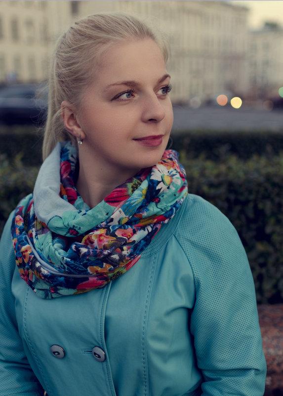 Девушка в осеннем городе. - Дмитрий Строж