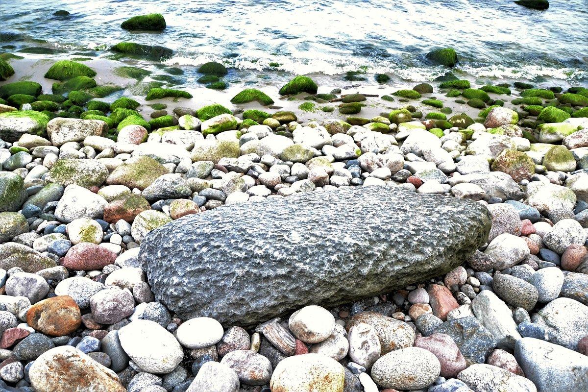 Странный камень. Наверное метеорит. Точно метеорит, выброшен волной на берег Балтйского моря. - Сергей Крошин