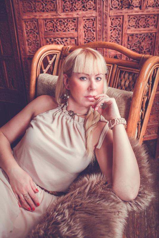 девушка в кресле - Марина Денисова