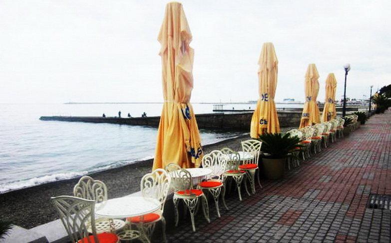 Сочи. Море. Открытое кафе.Пасмурная погода.Прошел небольшой дождь - татьяна