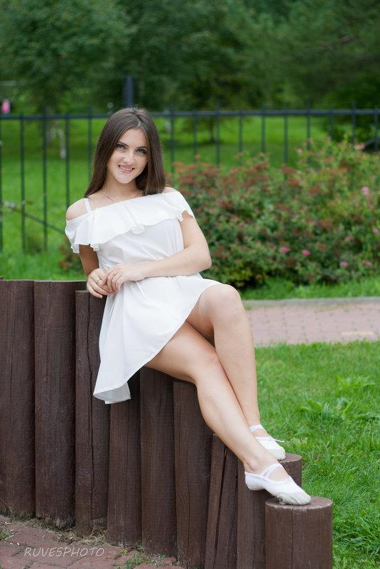 Девушка в парке - Руслан Веселов