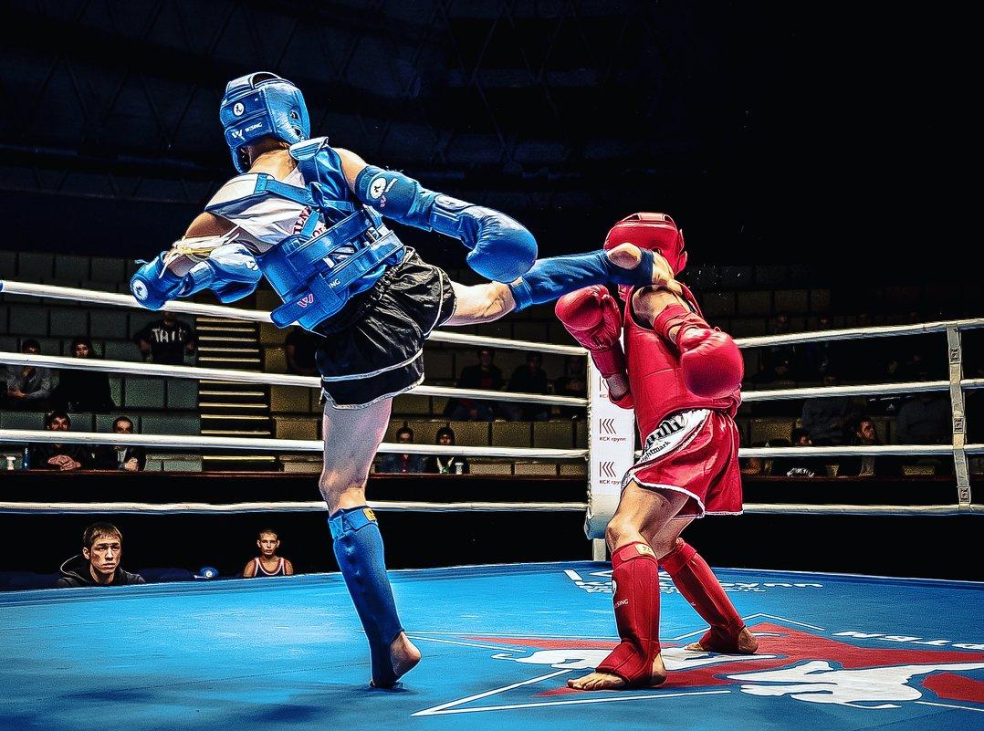 Спортсмены в ринге - Александр Колесников