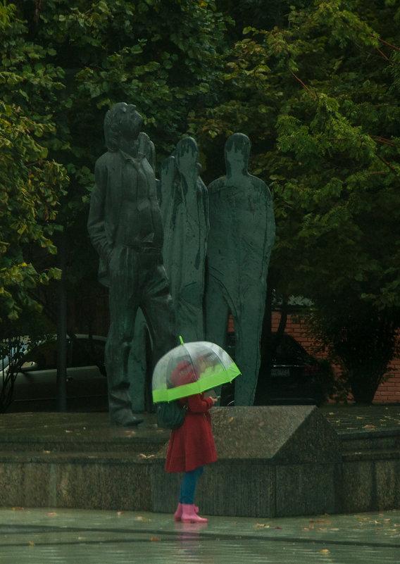 В Москве дождь. На Бродского капает. Ну а что ему - он же памятник. - Alexander Petrukhin