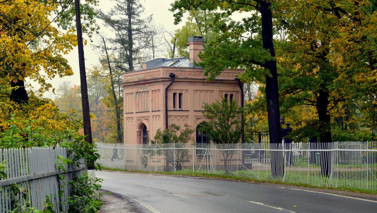 В парке осенью  /11/  Розовая караулка - Сергей