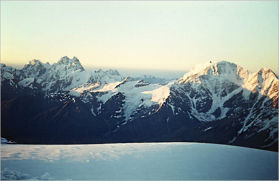 Слева на фото вершины Ушба и Чатын со склонов Эльбруса. - Lmark