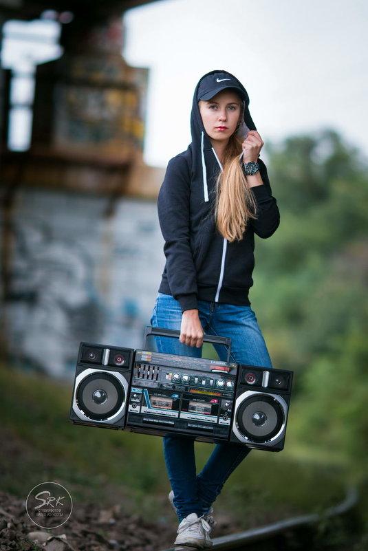 Девушка с магнитофоном. Граффити. Фотограф в Белгороде Руслан Кокорев. - Руслан Кокорев