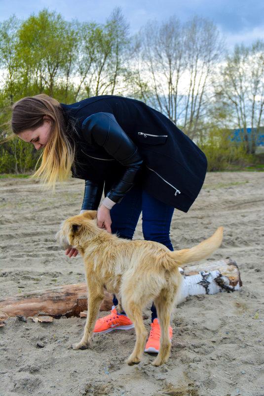 Ксюша и собака на пляже - Света Кондрашова