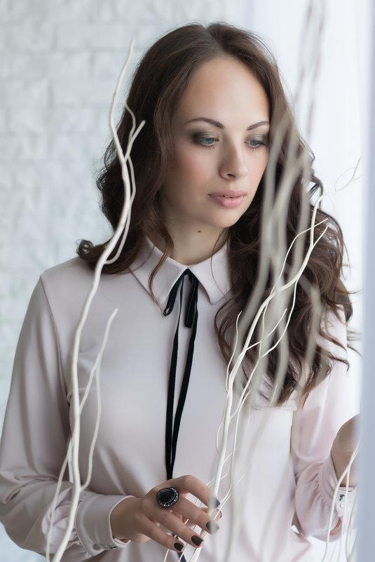 Девушка в белом интерьере - Светлана Курцева