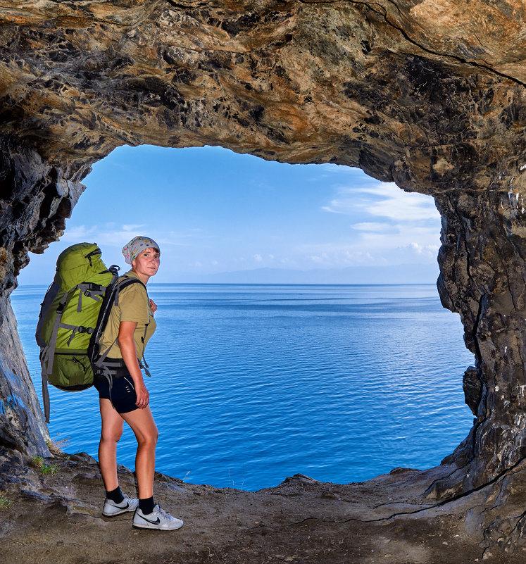 В гроте тоннеля с видом на Байкал - Виктор Никитин