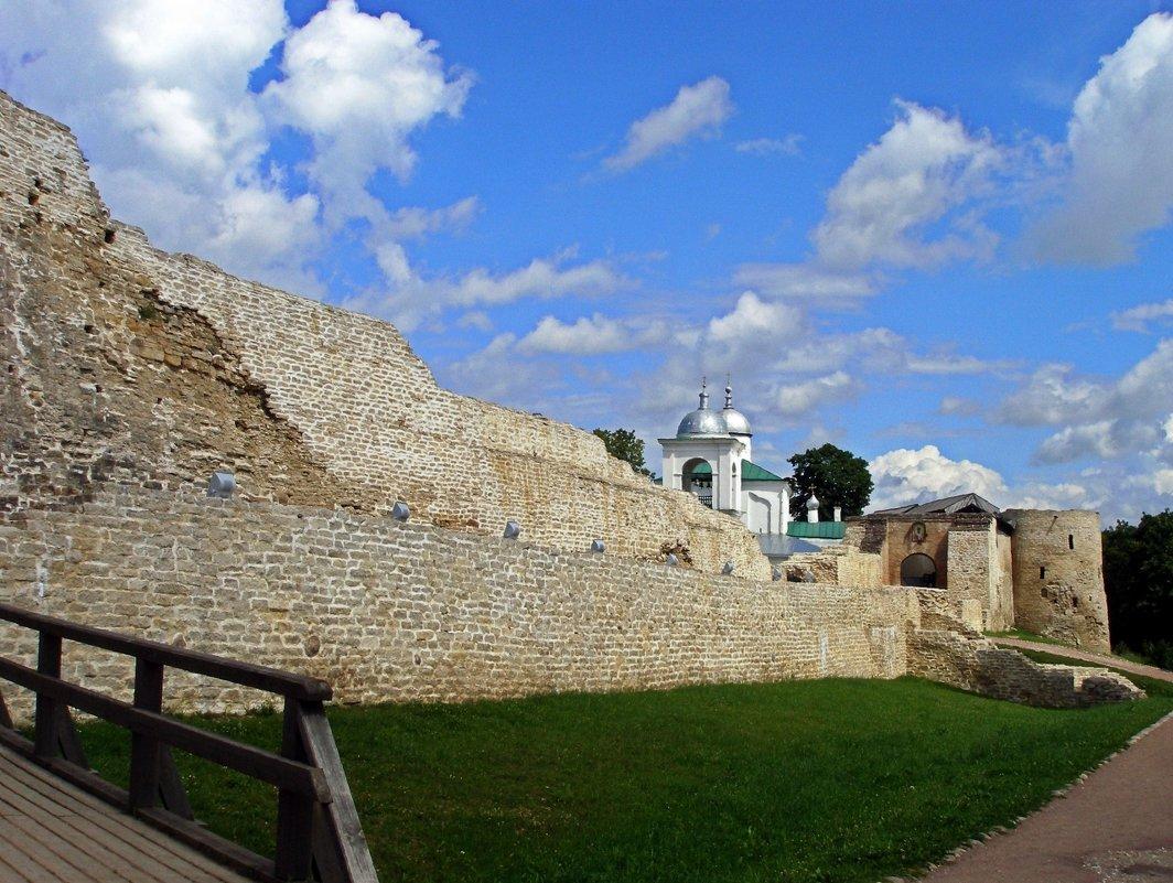 Крепостные стены и Никольская церковь - Людмила Алексеева