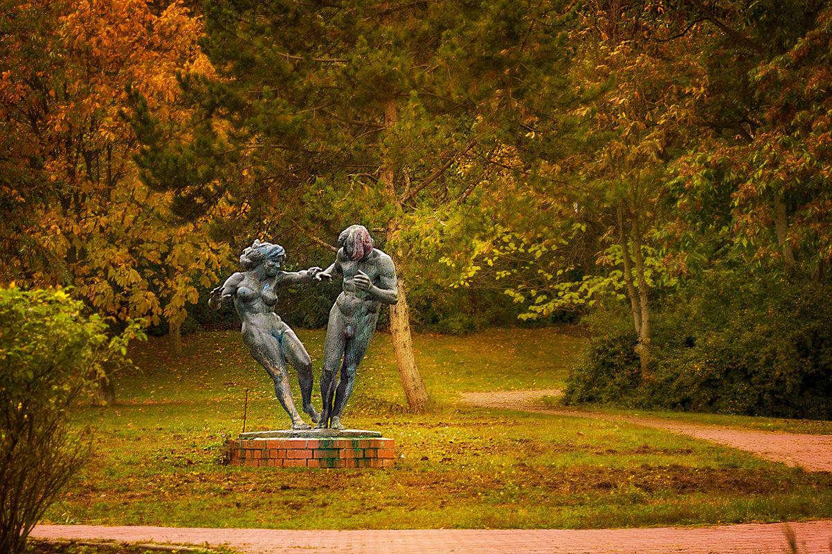 Весёленькая скульптура в нашем парке) - Татьяна Каримова