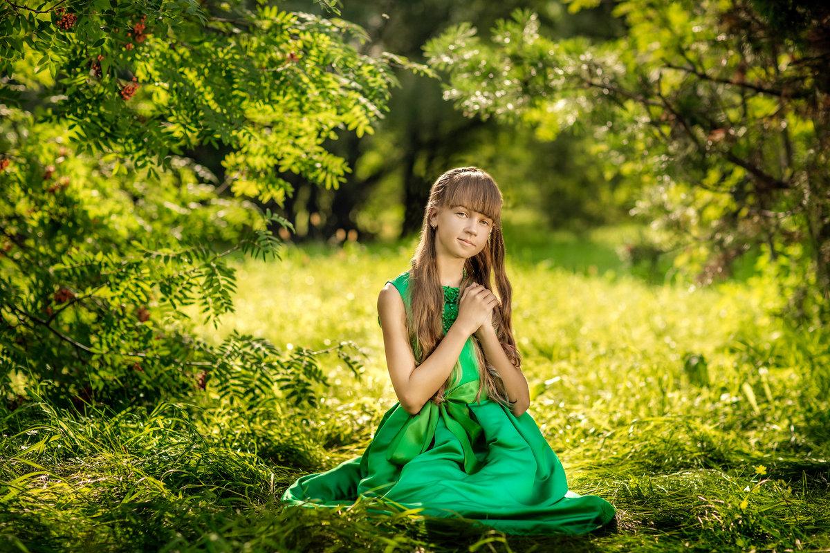 Девочка в летнем лесу солнечным днем - Ольга Невская