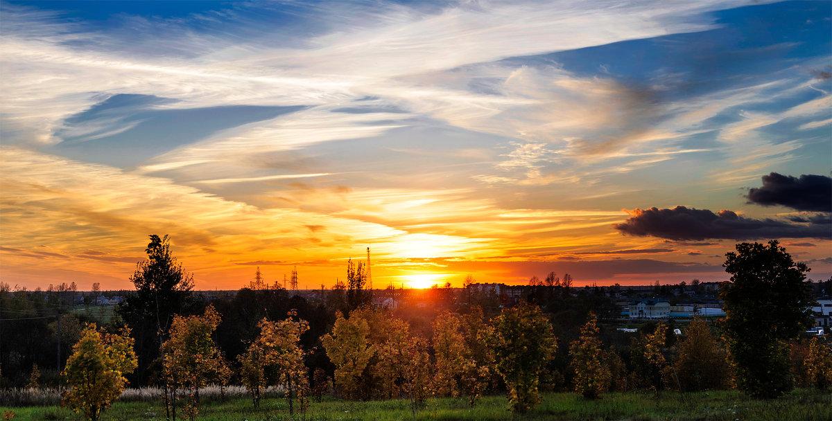 Молодые клёники золотом горят Озаряет издали осенний их закат... - Анатолий Клепешнёв
