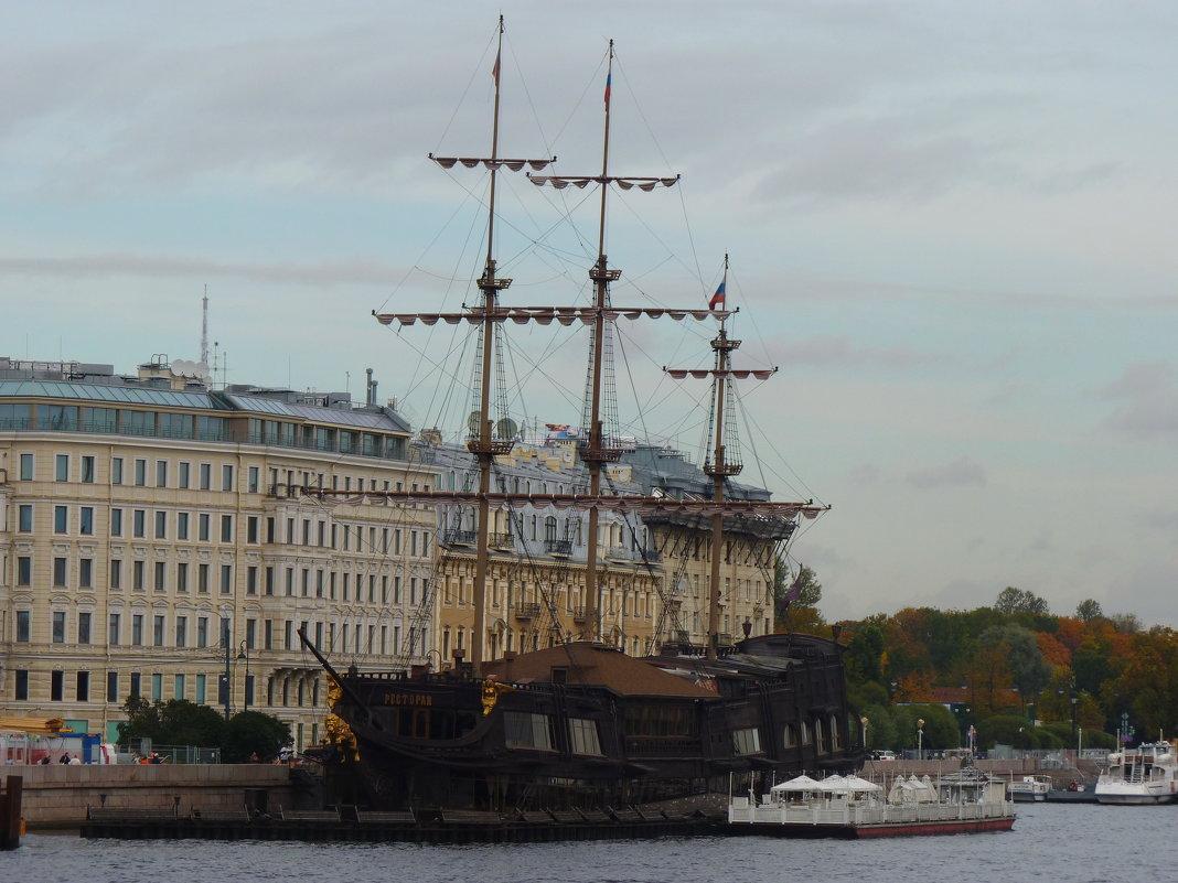 ресторан «Летучий Голландец», пришвартованный на Мытнинской набережной в Санкт-Петербурге - Galina Leskova