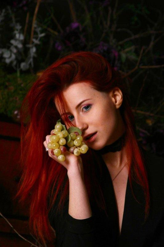 девушка  с виноградом - Любовь Потравных