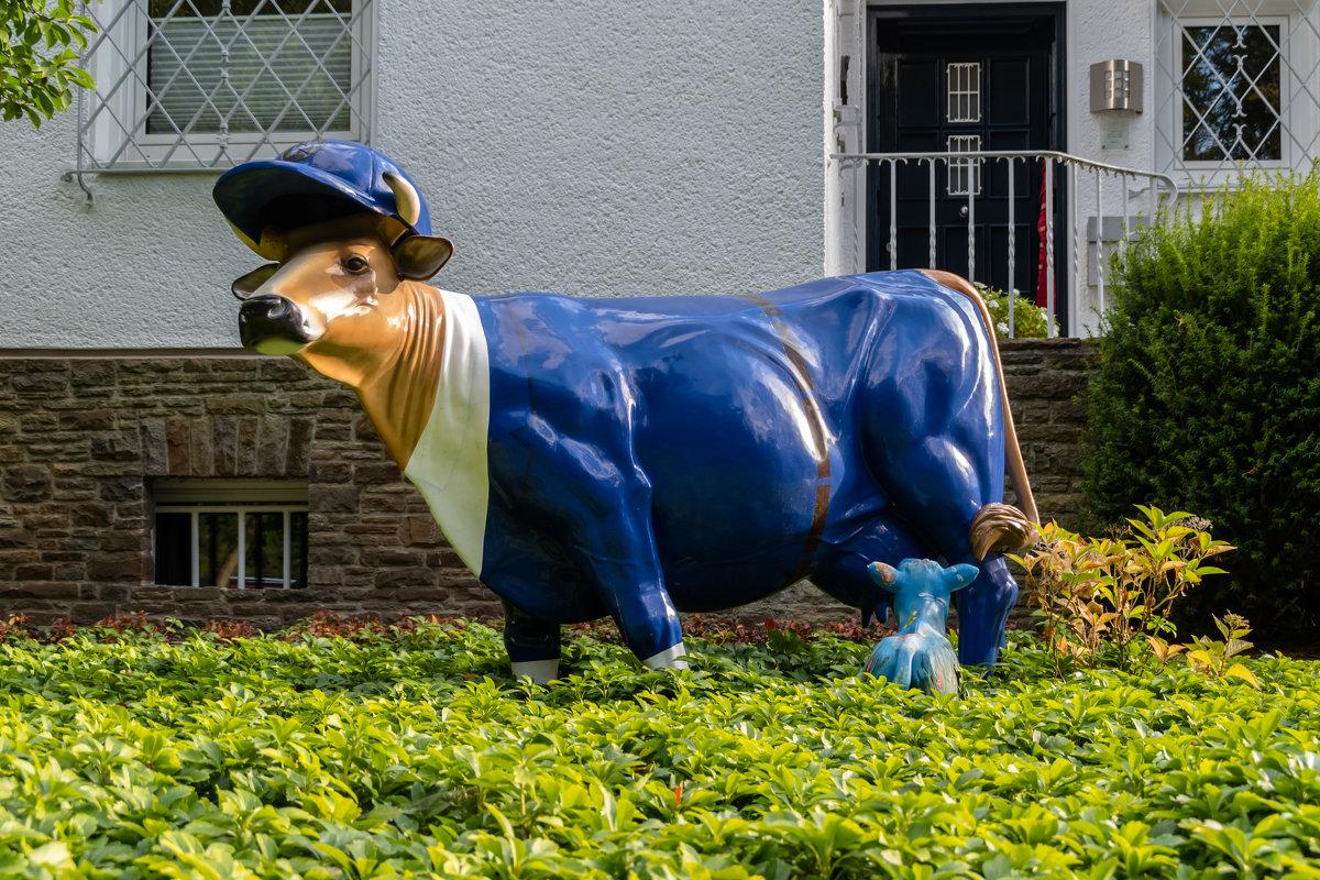 Домашние животные во дворе дома - Witalij Loewin