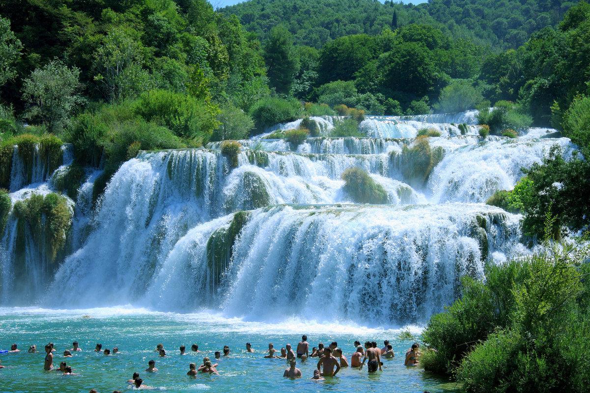Заповедник Крка на одноименной реке привлекает туристов 45-метровым водопадом