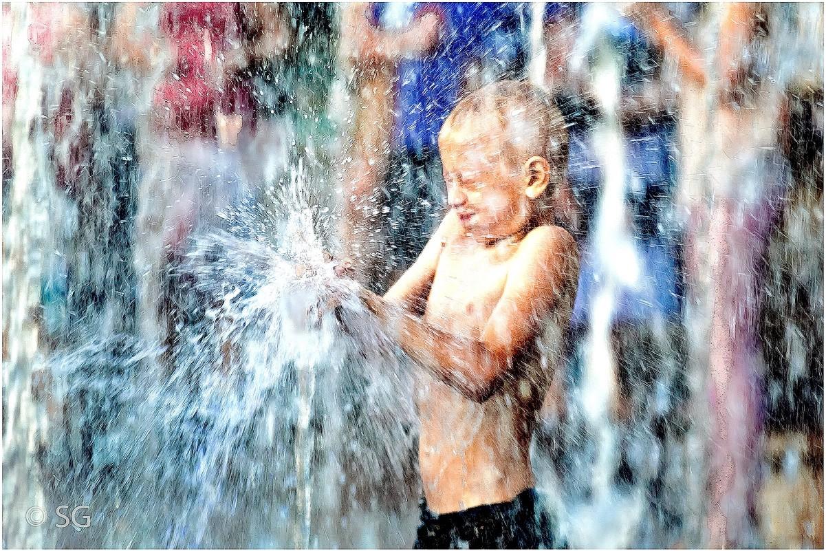 Дети фото фонтан купаются