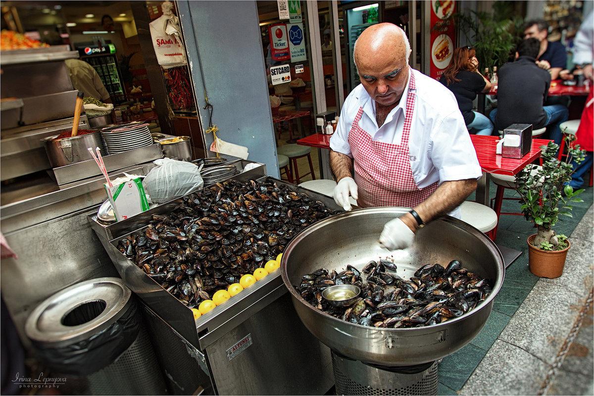 Уличная еда Стамбула. Продавец фаршированных мидий - Ирина Лепнёва
