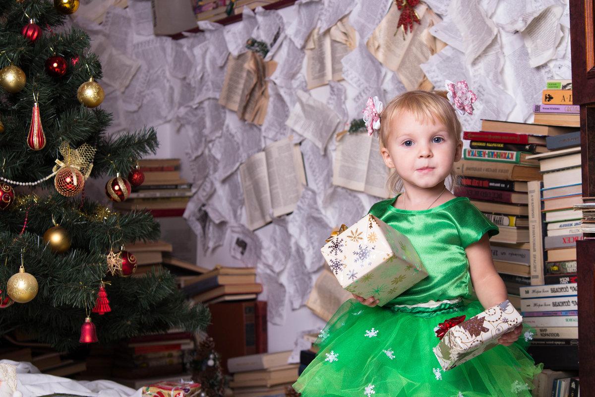 Девочка с подарками в платье - Valentina Zaytseva