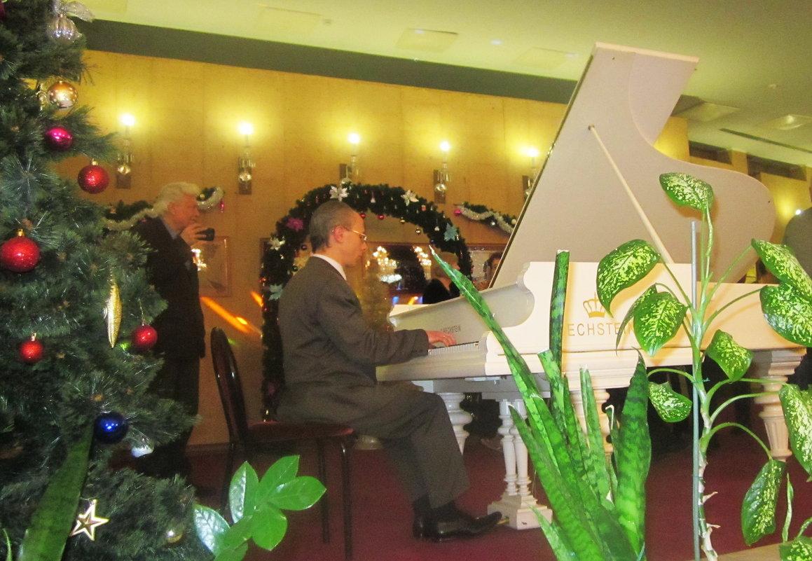 Игра на рояле в фойе перед спектаклем - татьяна