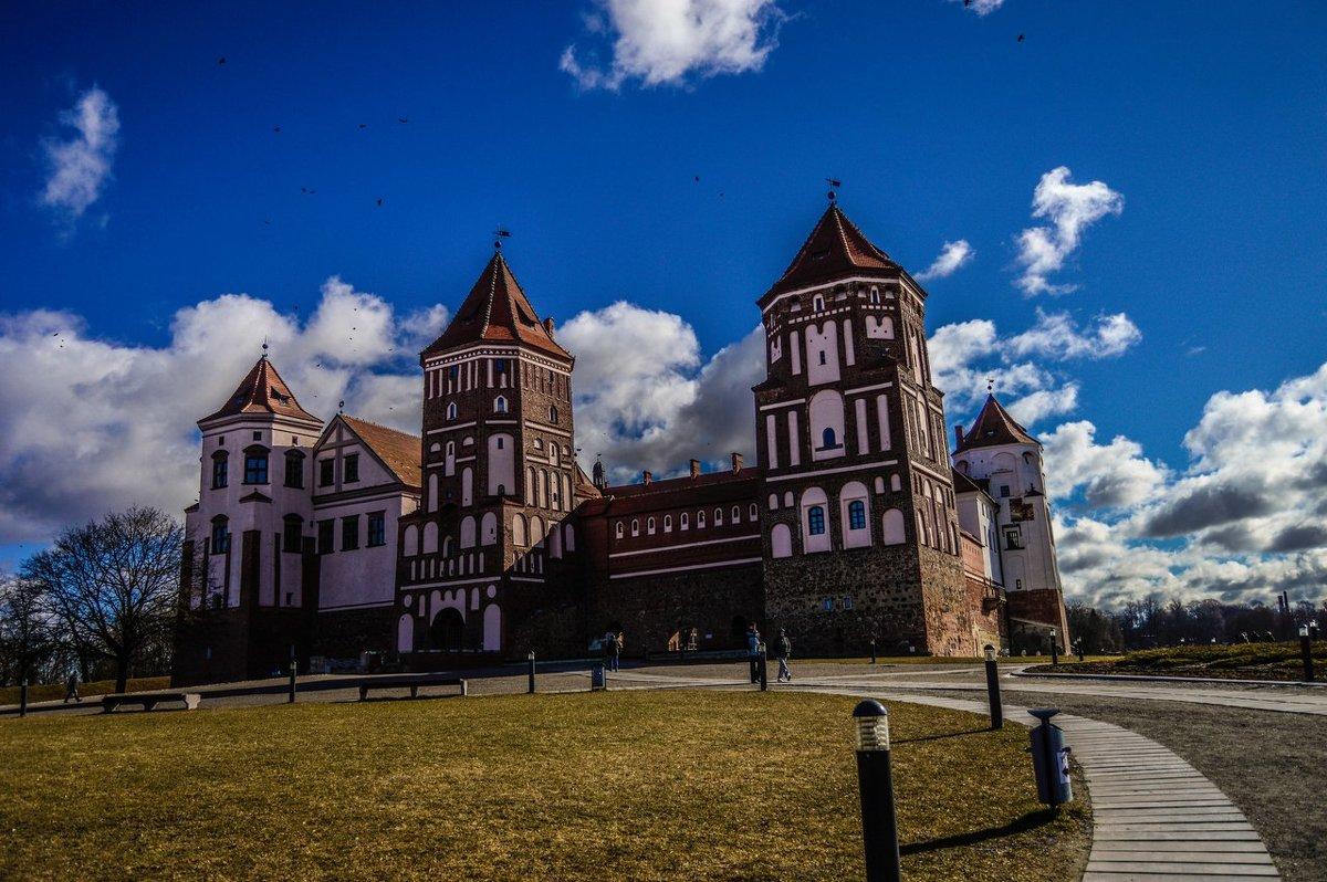 Мирский замок - Александр Демьянцев