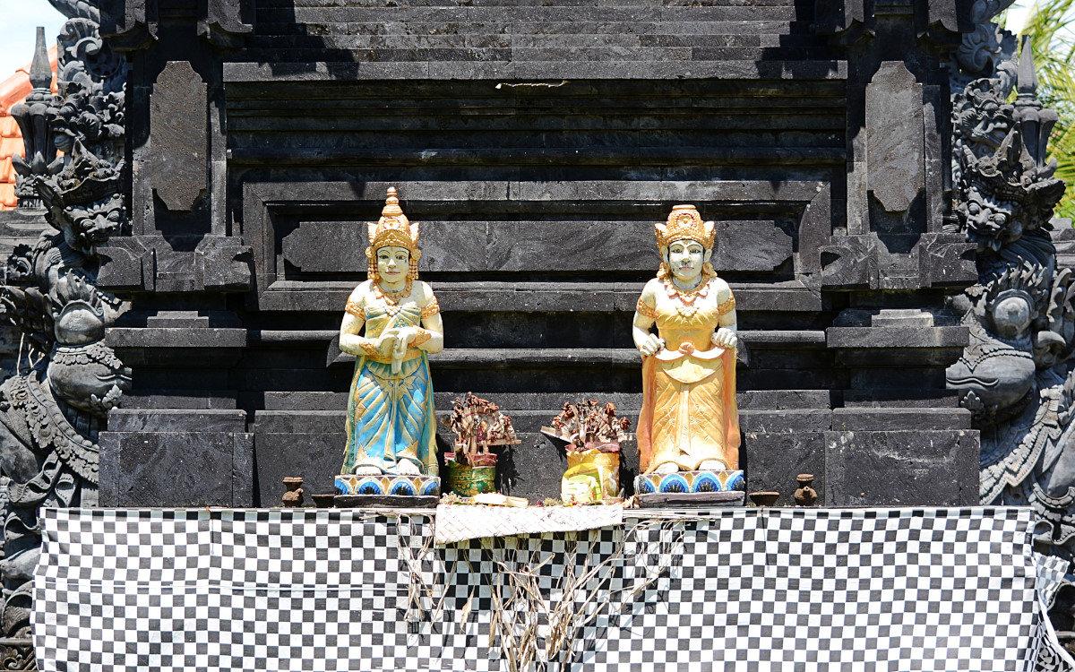 Фигурки с жертвоприношениями у основания храма - Асылбек Айманов