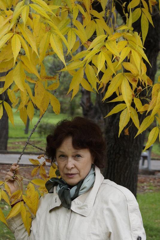 старушка под деревом ))) - Влад
