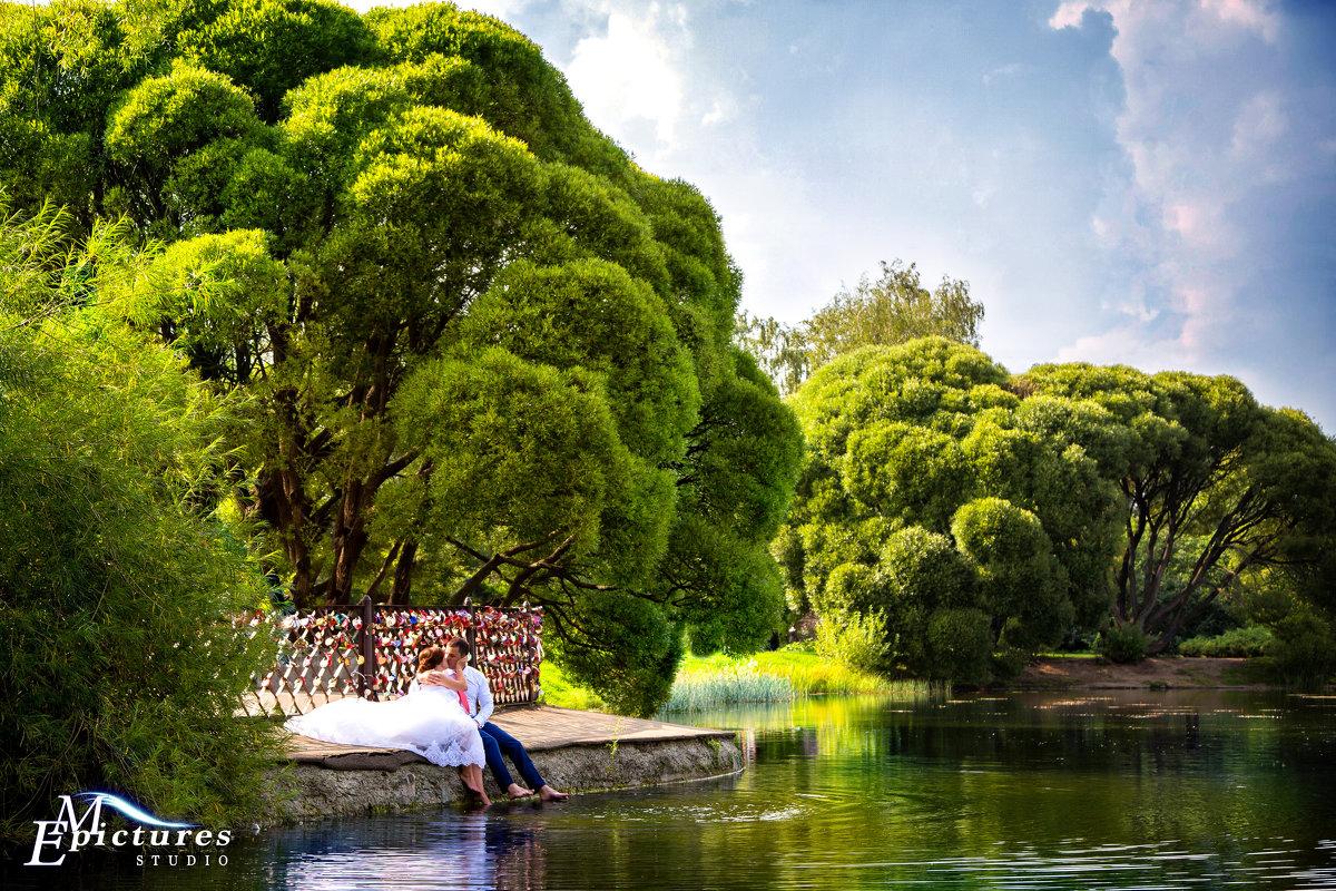 поцелуй жениха и невесты у озера - Егор Чеботаренко