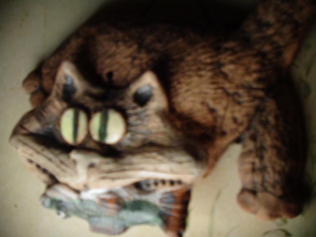 Портрет керамической кошки с рыбой. (Керамичесская мастерская Владимира Атабекяна. Санкт-Петербург). - Светлана Калмыкова
