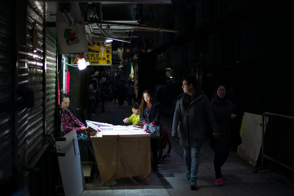 и ночью торговля не прекращается - Sofia Rakitskaia