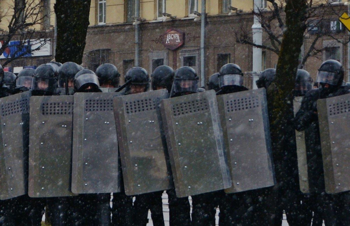ЗАЩИТНИКИ АБСУРДА... - Валерий Руденко