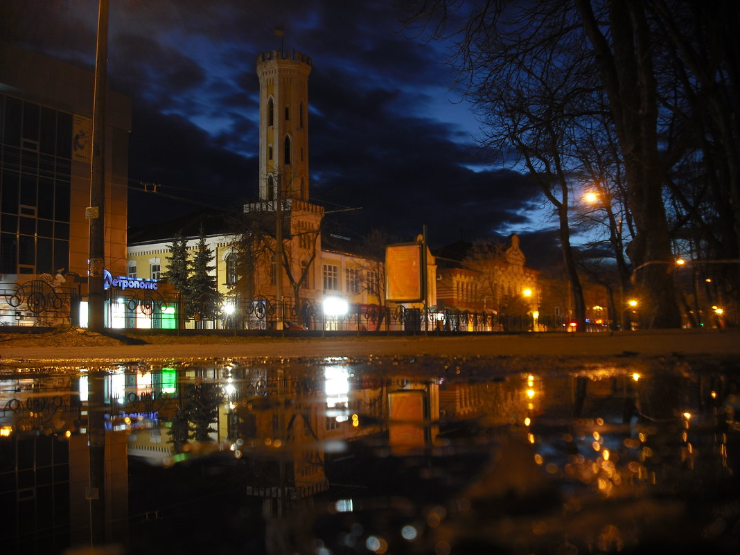 Пожарная башня после дождя при фонарях и вечерней заре. - Денис Бугров
