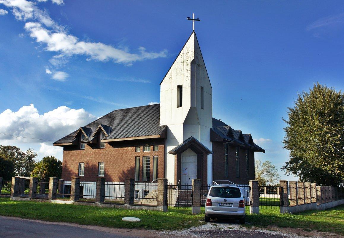 На берегу залива находится протестантская церковь - Елена Павлова (Смолова)
