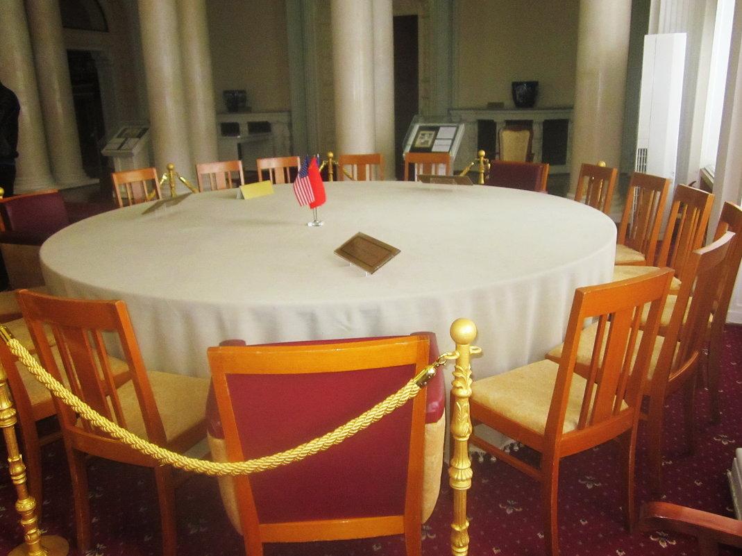 Сохранившийся стол, за которым проходила конференция руководителей трех союзных держав - татьяна