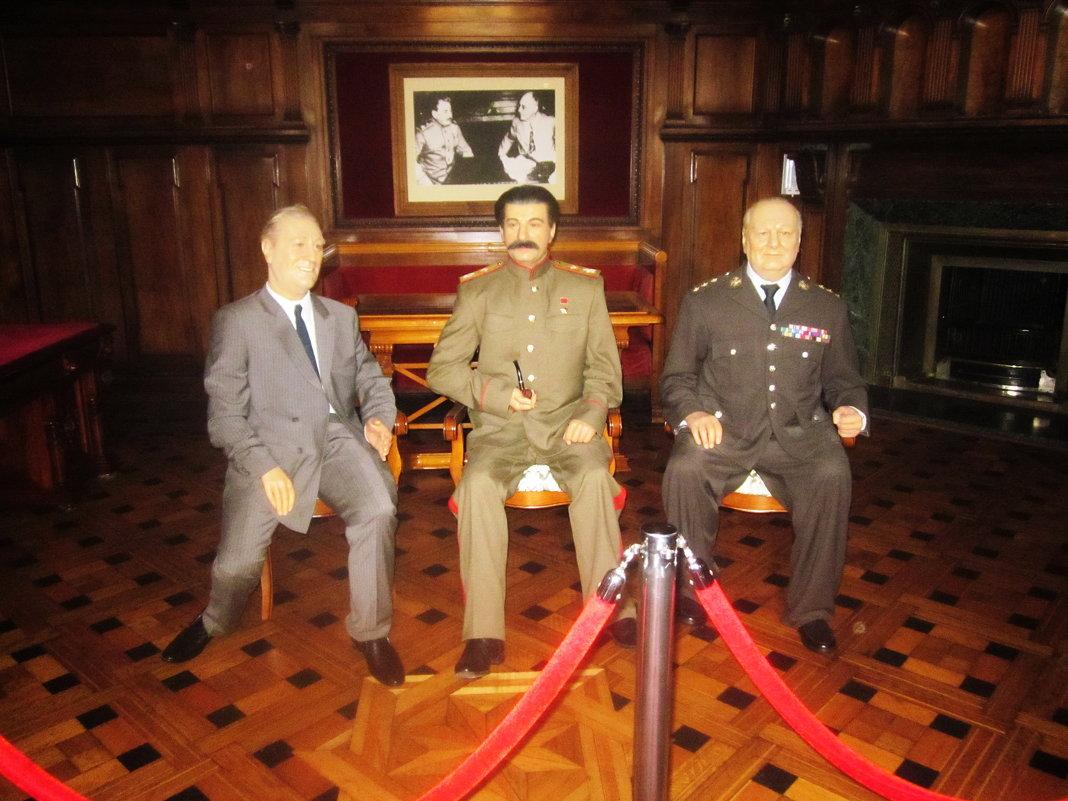 Восковые фигуры Рузвельта, Сталина и Черчилля в Ливадийском дворце - татьяна