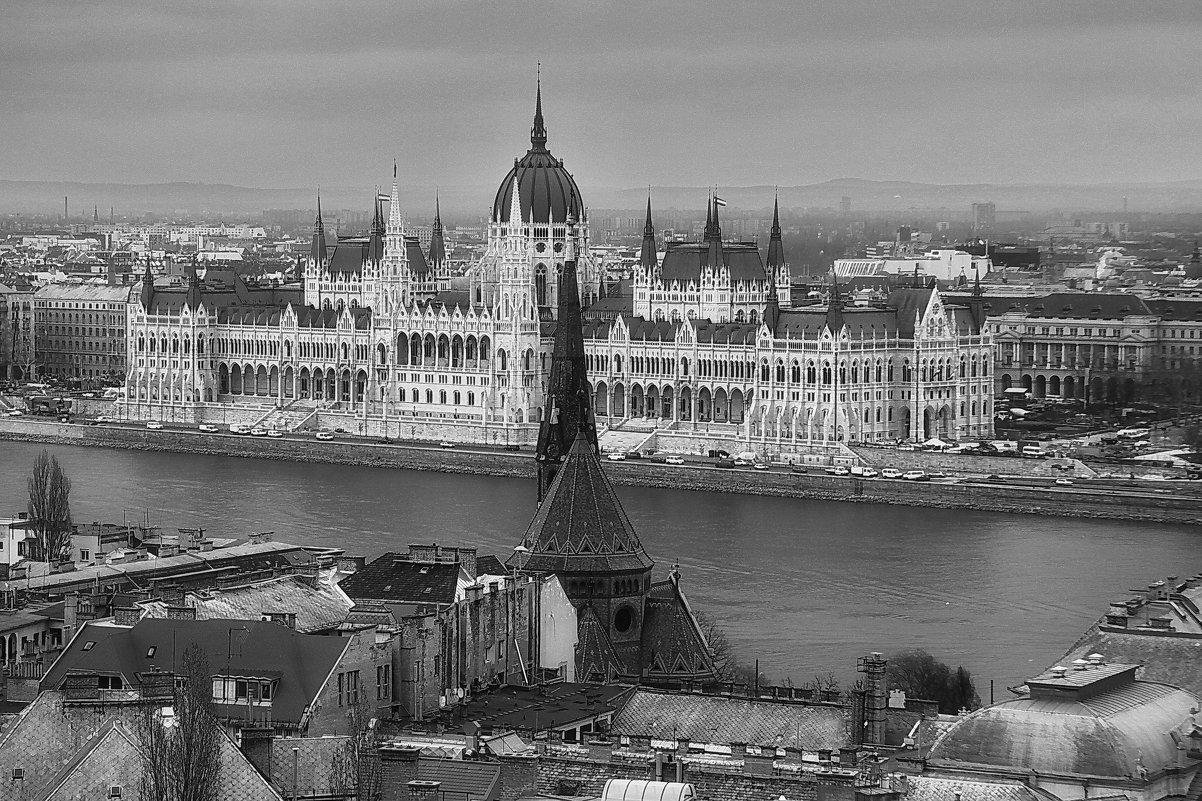 Парламент в Пеште и Старая Кирха в Буде. - M Marikfoto